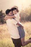 Jeunes couples dans l'amour dans le pré Image stock