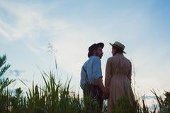 Jeunes couples dans l'amour dans le pré Photographie stock libre de droits