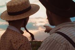 Jeunes couples dans l'amour dans le pré Images stock