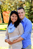 Jeunes couples dans l'amour dans un arrangement d'automne Photographie stock