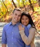 Jeunes couples dans l'amour dans un arrangement d'automne Image libre de droits