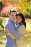Jeunes couples dans l'amour dans un arrangement d'automne image stock