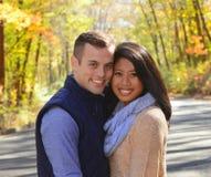 Jeunes couples dans l'amour dans un arrangement d'automne Images stock