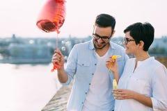 Jeunes couples dans l'amour datant et souriant extérieur Photographie stock libre de droits