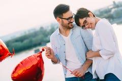 Jeunes couples dans l'amour datant et souriant extérieur Photos libres de droits