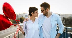 Jeunes couples dans l'amour datant et souriant extérieur Photographie stock