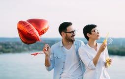 Jeunes couples dans l'amour datant et souriant extérieur Photo libre de droits