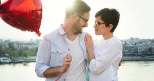 Jeunes couples dans l'amour datant et souriant extérieur Photos stock