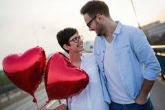 Jeunes couples dans l'amour datant et souriant extérieur Images libres de droits