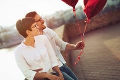 Jeunes couples dans l'amour datant et souriant extérieur Image stock