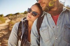 Jeunes couples dans l'amour dehors sur une hausse de pays Photographie stock libre de droits