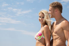 Jeunes couples dans l'amour des vacances d'été sur la mer - heureuse. Photographie stock