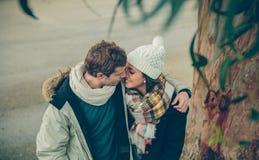 Jeunes couples dans l'amour embrassant et embrassant Photographie stock
