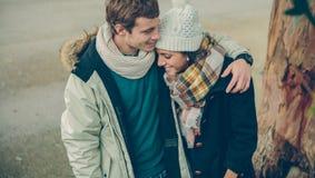 Jeunes couples dans l'amour embrassant et riant Photo stock