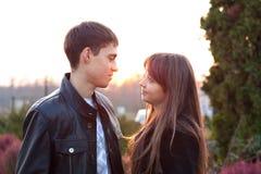 Jeunes couples dans l'amour en automne ensoleillé à l'extérieur Image stock