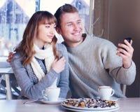 Jeunes couples dans l'amour en café Image libre de droits