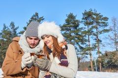 Jeunes couples dans l'amour en hiver Images libres de droits