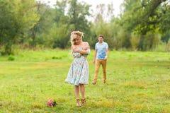 Jeunes couples dans l'amour en nature Photos stock