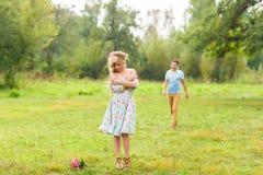Jeunes couples dans l'amour en nature Image stock