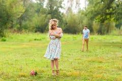Jeunes couples dans l'amour en nature Image libre de droits