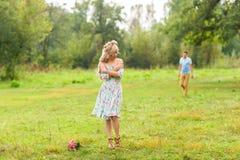 Jeunes couples dans l'amour en nature Photos libres de droits