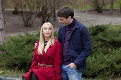 Jeunes couples dans l'amour en parc Image stock