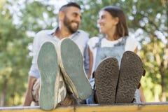 Jeunes couples dans l'amour en parc Image libre de droits