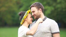 Jeunes couples dans l'amour en parc pour une promenade Portrait fermé de mari et d'épouse Sur le ` s de fille la tête est une gui clips vidéos