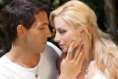 Jeunes couples dans l'amour en stationnement Photographie stock libre de droits