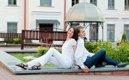 Jeunes couples dans l'amour en stationnement Photos stock