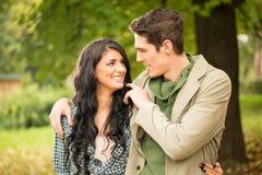 Jeunes couples dans l'amour en stationnement Photos libres de droits