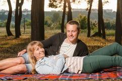 Jeunes couples dans l'amour en stationnement Photo libre de droits