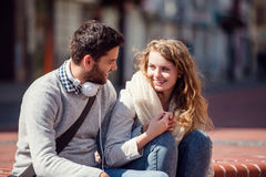 Jeunes couples dans l'amour en ville se reposant sur des escaliers Images libres de droits