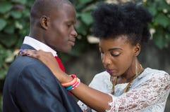 Jeunes couples dans l'amour enlacé Photos stock