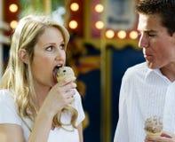 Jeunes couples dans l'amour et l'amusement de avoir Photos stock