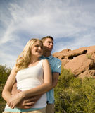 Jeunes couples dans l'amour et l'amusement de avoir Image libre de droits