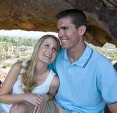 Jeunes couples dans l'amour et l'amusement de avoir Photographie stock libre de droits