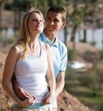 Jeunes couples dans l'amour et l'amusement de avoir Photo libre de droits