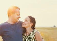 Jeunes couples dans l'amour extérieur été Image stock