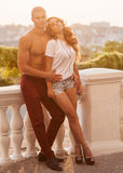 Jeunes couples dans l'amour extérieur Photos libres de droits