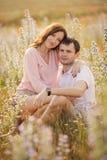 Jeunes couples dans l'amour extérieur photos stock