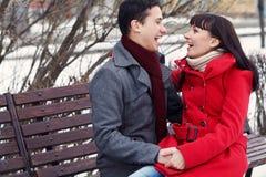 Jeunes couples dans l'amour extérieur Images libres de droits