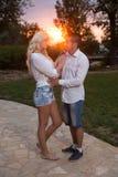 Jeunes couples dans l'amour extérieur Photographie stock