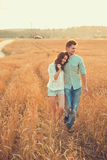 Jeunes couples dans l'amour extérieur Accouplez étreindre Photo stock
