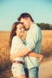 Jeunes couples dans l'amour extérieur Accouplez étreindre Images stock