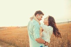 Jeunes couples dans l'amour extérieur Accouplez étreindre Photographie stock