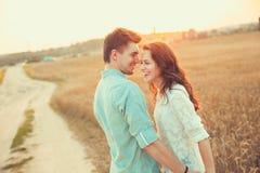 Jeunes couples dans l'amour extérieur Accouplez étreindre Photos stock