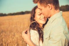 Jeunes couples dans l'amour extérieur Accouplez étreindre Photographie stock libre de droits