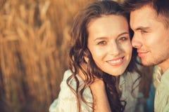 Jeunes couples dans l'amour extérieur Accouplez étreindre Le ¡ de Ð perdent- Photos stock
