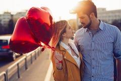 Jeunes couples dans l'amour extérieur - concept sérieux de mode Image stock